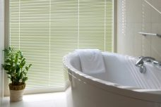 Venetian blind 3750-25 mm fitted in a bathroom